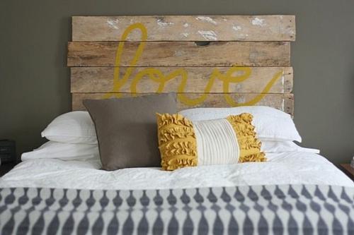 möbel holzpaletten schlafzimmer kopfteil gelb kissen