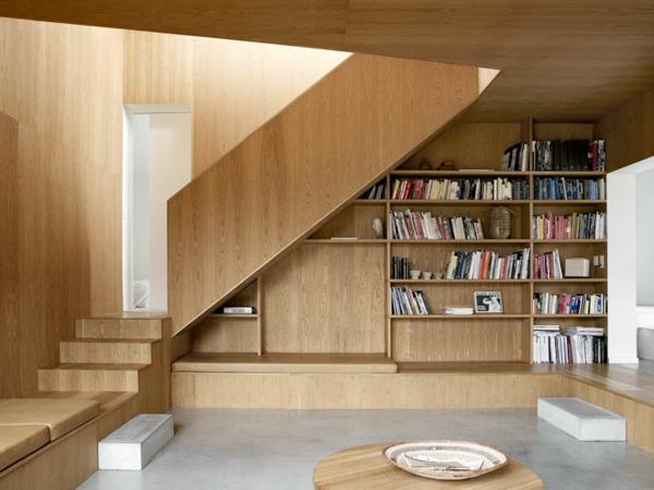 minimalistisch gestaltete sommer residenz bücherregale treppe