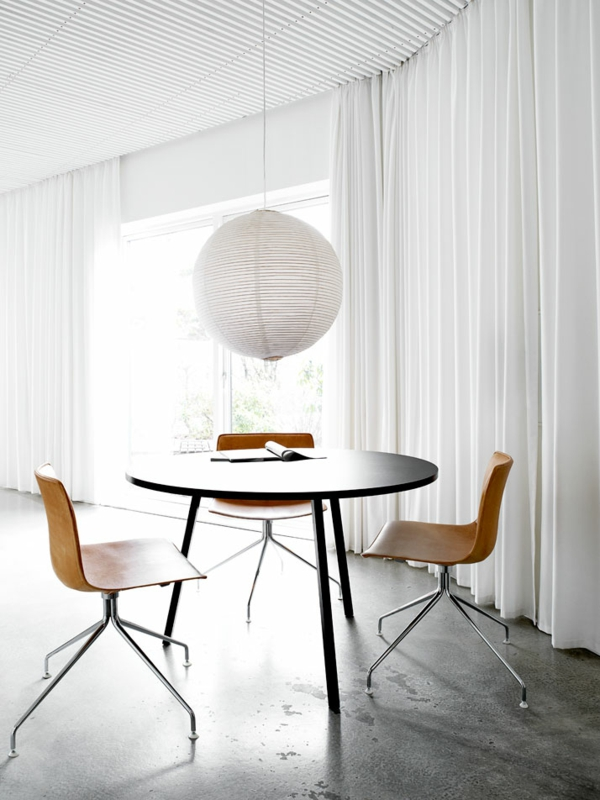minimalistisch gestaltete sommer residenz tisch holzstuhl hängelampe