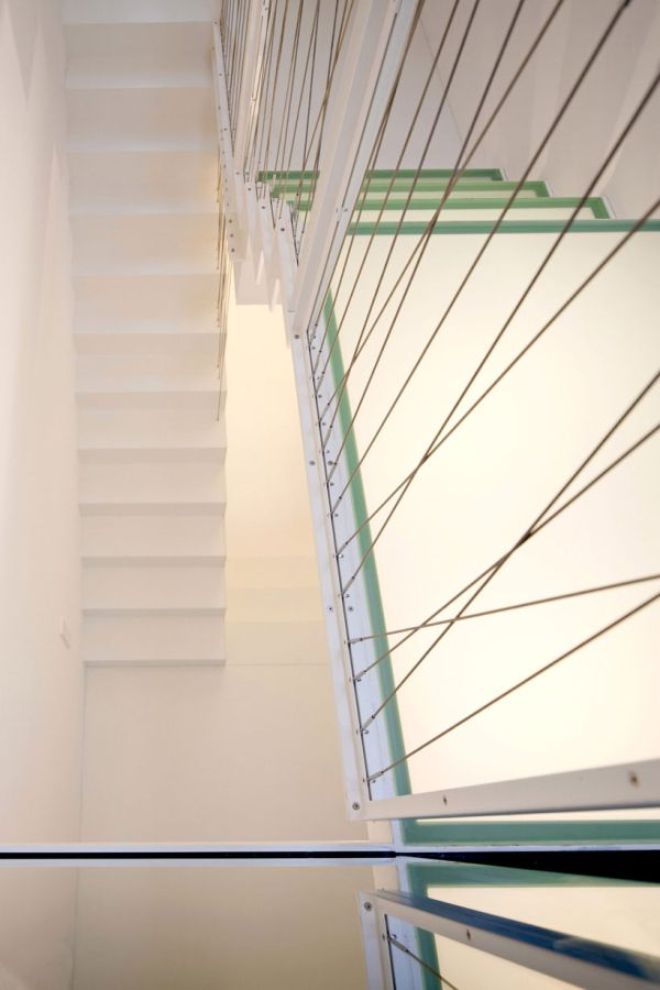 moderne haus erweiterung treppenhaus weiß trittstufen