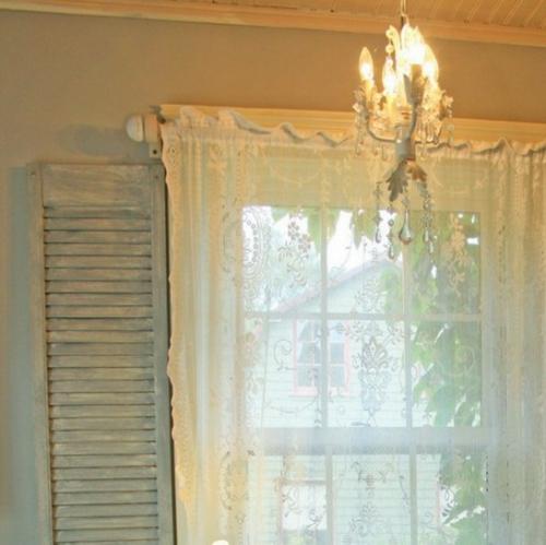 moderner frischer zimmer garten gießkanne gardinen fenster kronleuchter