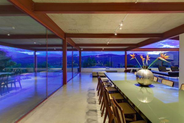 modernes brasilianisches haus essbereich küche tisch stuhl glas platte