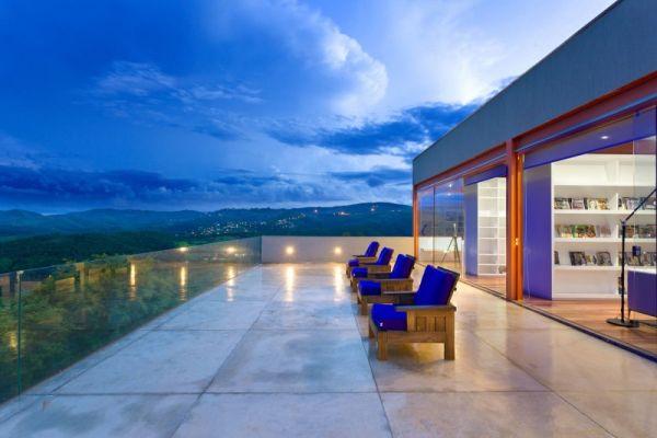 modernes brasilianisches haus fassade architektur massiv lehnstuhl blau