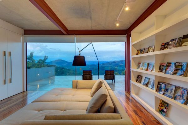 modernes brasilianisches haus fassade wandregale sofas