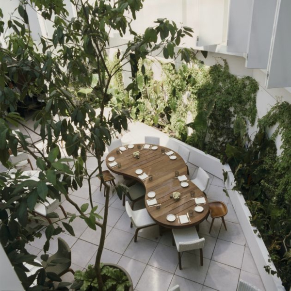 modernes funktionales hotel französsisch neoklassisch essbereich draußen