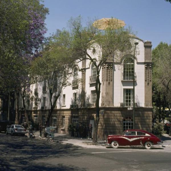 modernes funktionales hotel französsisch neoklassisch fassade