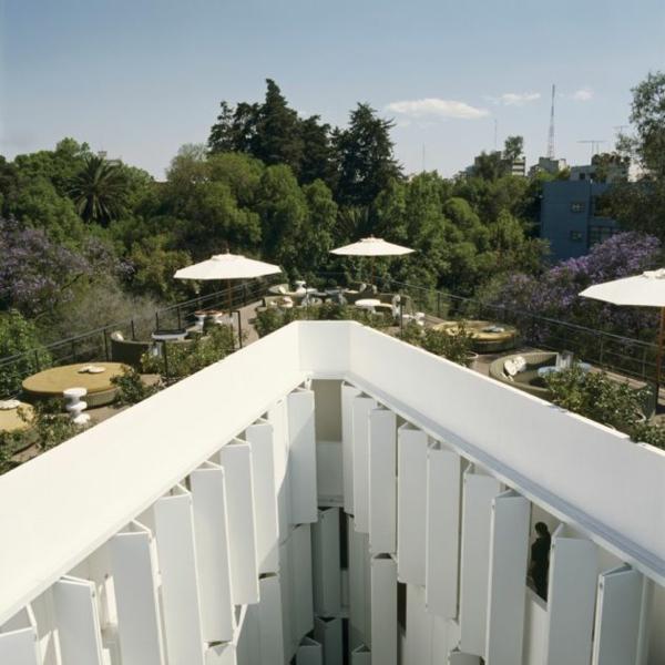 modernes funktionales hotel französsisch neoklassisch gebäude außenbereich