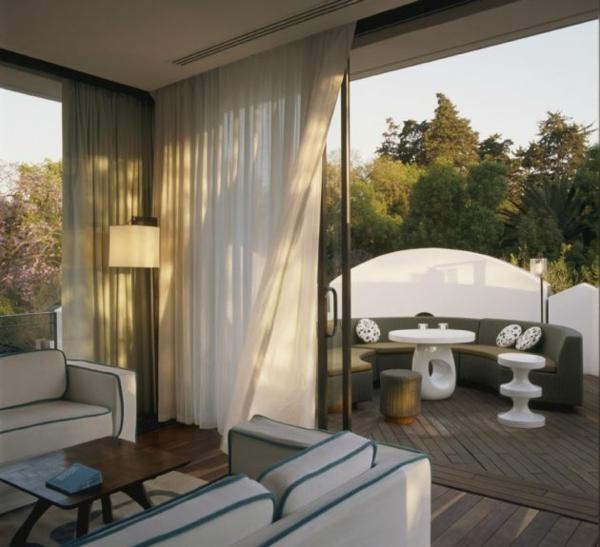 modernes funktionales hotel französsisch neoklassisch terrasse