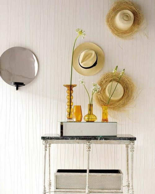schöne deko ideen mit hüten bett holz wandbelag