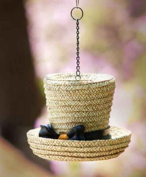 feminine deko ideen mit hüten hängend stroh
