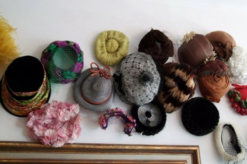 schöne deko ideen mit hüten wand hängend vielfältig