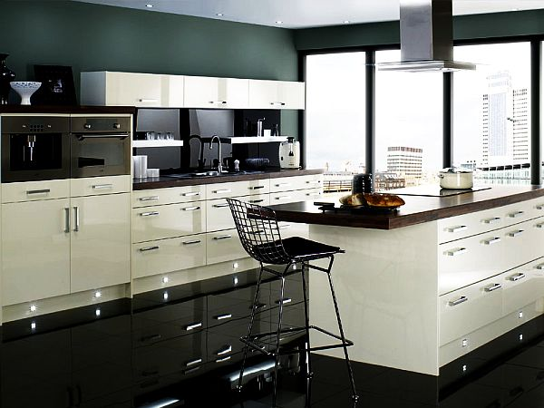 schöne küchen farbpalette weiß schwarz wände indirekt beleuchtung dramatisch