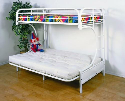 schönes metall etagen bett im kinderzimmer doppelbett weiß matratze