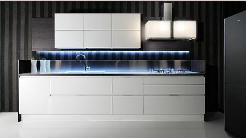 originelle küchen designs weiß glanzvoll blaue beleuchtung