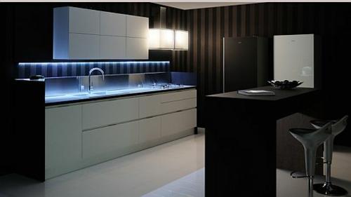 originelle küchen einrichtung weiß glanzvoll streifen wände