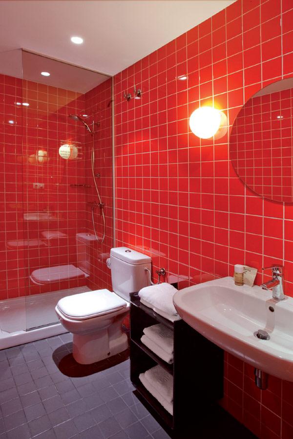 Schickes einfaches hotel in barcelona hol im charme der for Badezimmer 60er