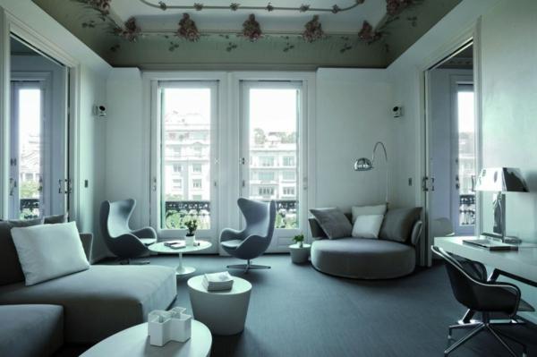 schickes zentrales hotel barcelona sitzecke graue farben