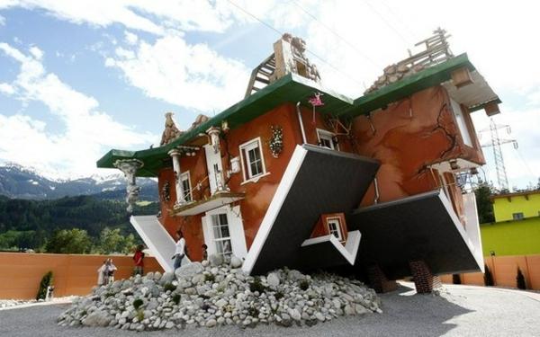 umgedrehtes haus design in österreich platziert außergewöhnliche architektur