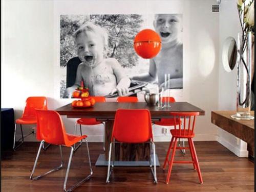 wand dekoration mit bildern esszimmer orange stühle