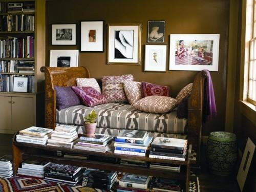 wand dekoration mit bildern sofa bücher lesen
