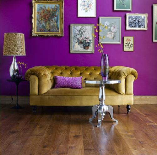 wand dekoration mit bildern sofa feminine luxus tiefe farben