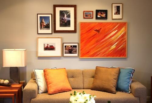 wand dekoration mit bildern sofa kissen hell gemütlich