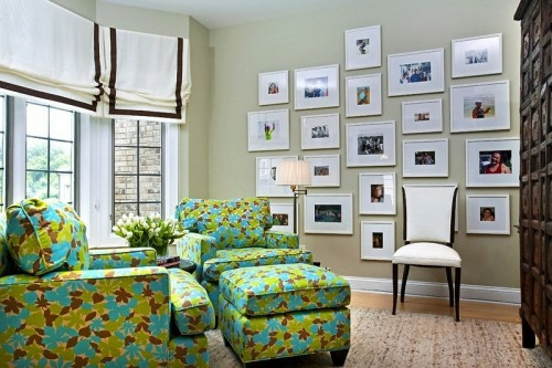 wand dekoration mit bildern sofa sessel couch grün floral