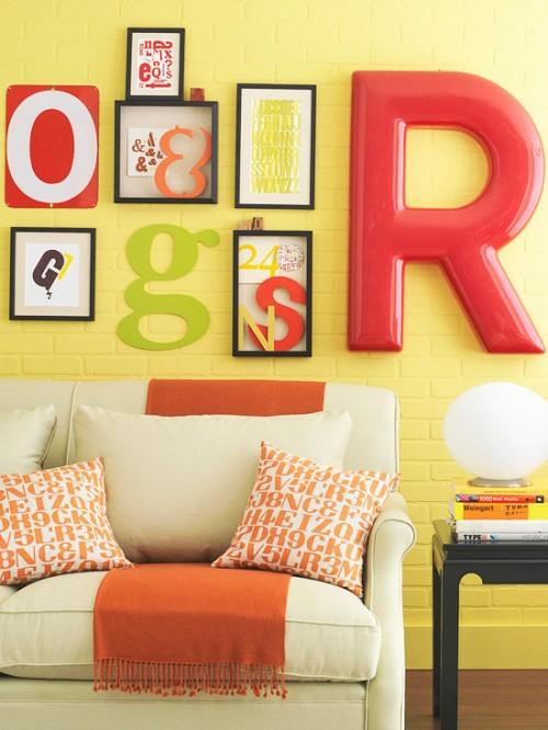 wand dekoration mit bildern wohnzimmer ziegelwand gelb
