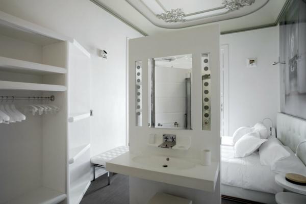 Schickes zentrales Hotel Design weiß einrichtung schminktisch spiegel