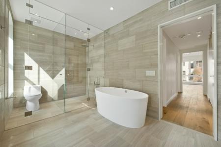 bodenfliesen und hartholz als bodenbelag - nahtloser Übergang, Badezimmer
