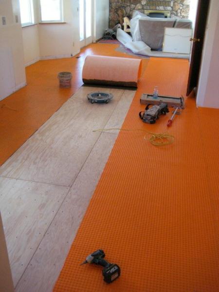 Bodenfliesen und Hartholz als Bodenbelag orange