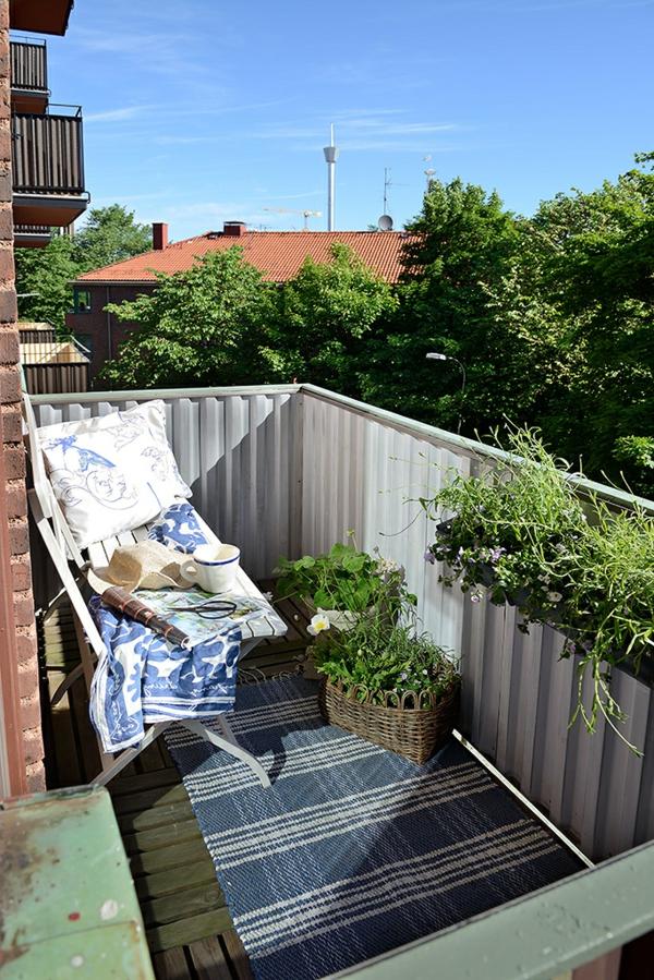 Charmante Einzimmerwohnung balkon klappstühle