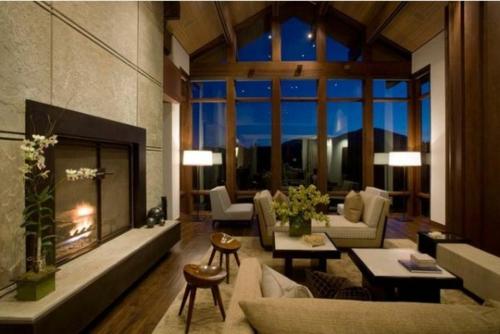 Das Wohnzimmer attraktiv einrichten holz  bodenbelag tisch sofa