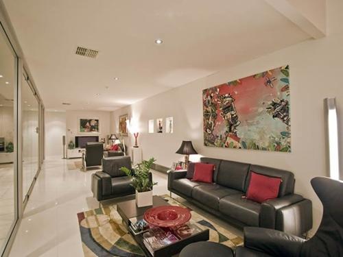 Das Wohnzimmer attraktiv einrichten schiebetüren glas deckenbeleuchtung