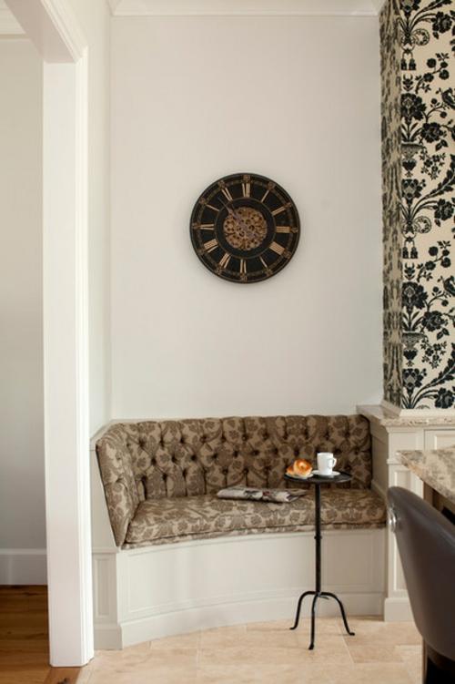 Französisches Küchen Design im Landhausstit sitzecke wanduhr klassisch