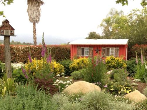 Gartenhaus im Hinterhof baum blumen blüten bunt