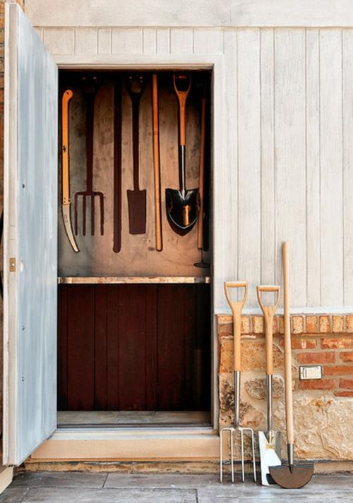 Gartenhaus im Hinterhof garage schuppen holzplatten