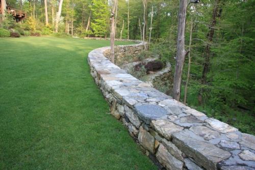 Gartenhaus im Hinterhof grasfläche kanten stein