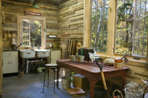 Gartenhaus im Hinterhof stein wand tisch rustikal spüle