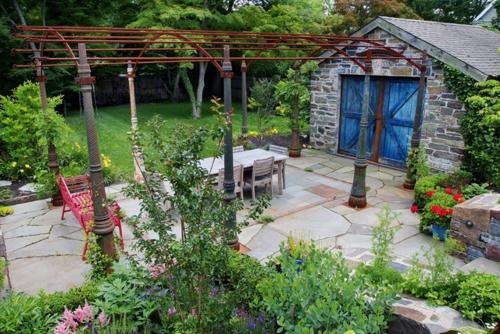 Gartenhaus im Hinterhof strauch rot stuhl baum essbereich