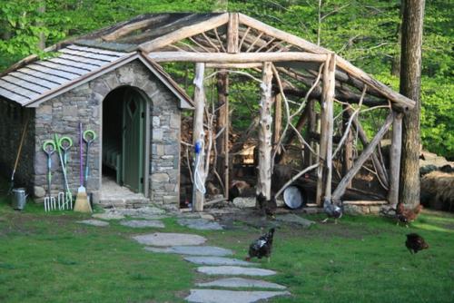 Gartenhaus im Hinterhof traditionell steinfassade fußweg ländlich