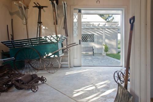 Gartenhaus im Hinterhof wagen rollen weiß