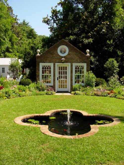 Gartenhaus im Hinterhof wasseranlage blumenform grasfläche