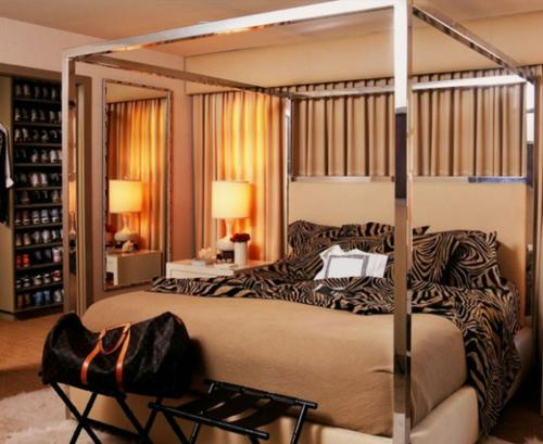 Himmelbetten im Schlafzimmer glanzvoll bettwäsche