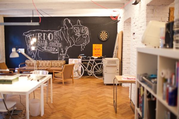 Homeoffice mit skandinavischem Design in Bratislava schwarz tafel