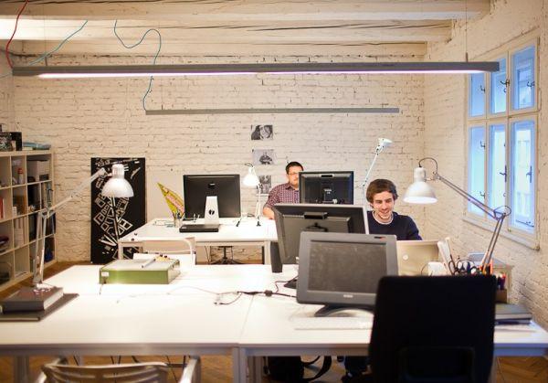 Homeoffice-mit-skandinavischem-Design-in-Bratislava-ziegelwand-weiß