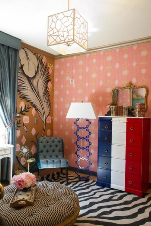 Interior Designs mit cooler Dekoration tapeten rosa muster stehlampe spiegel