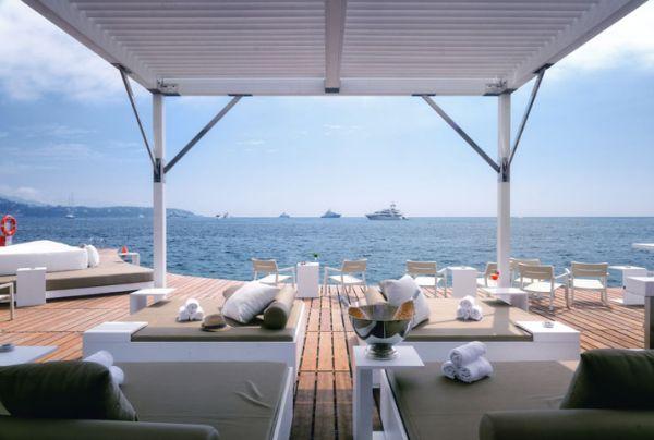 Luxus Beach Bar und Terrasse monaco life club überdachung liegen sofas
