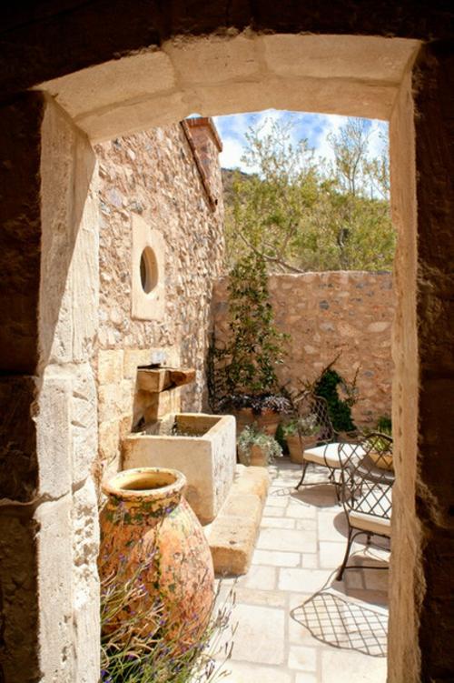 außenbereich im italienischen stl exterieur steine steinmauer pflanzen