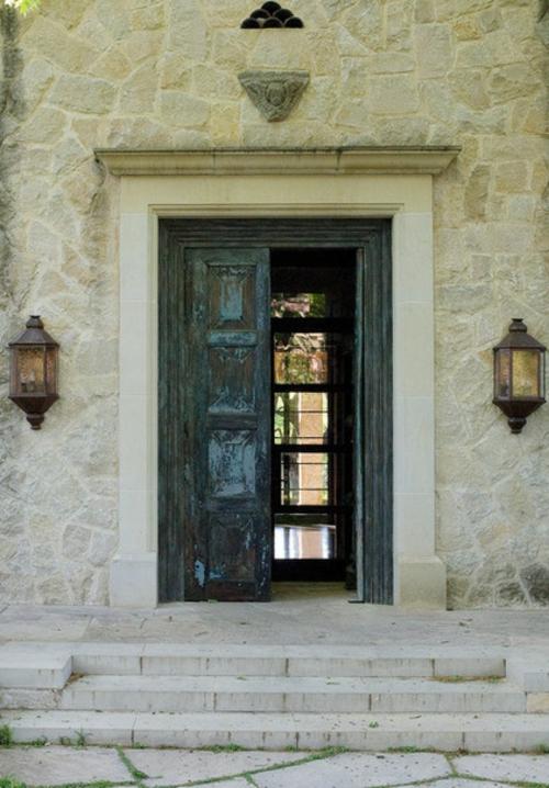 außenbereich im italienischen stil tür holz rustikal wandlampen